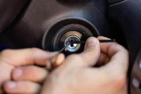 Close-up van de hand van een persoon Lockpickers Tools invoegen in belangrijke gat Stockfoto