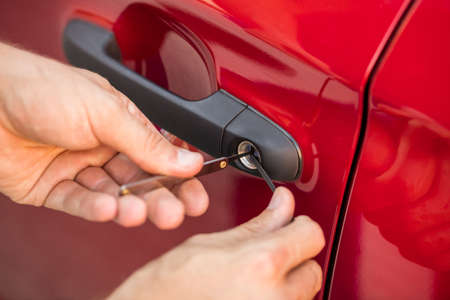 Close-up Van Personen Hand Opening Car Door Met Lockpicker Stockfoto