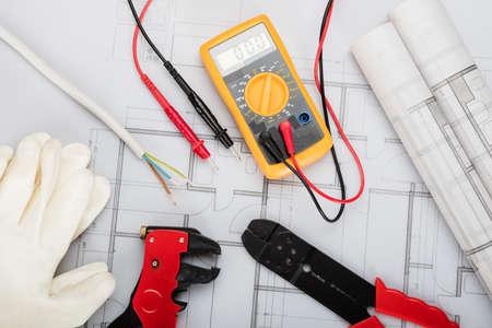 Vue en plongée de composants électriques disposés sur les plans Banque d'images - 70454930