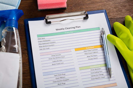 High Angle View Of Weekly Cleaning Plan Form With Pen On Clipboard Stockfoto