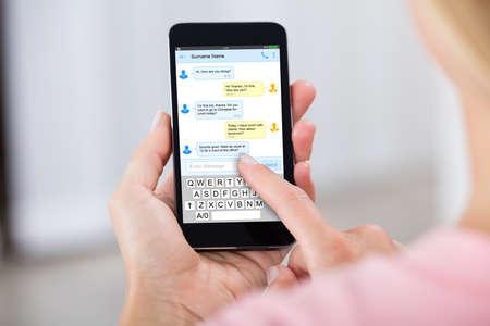 휴대 전화를 사용하여 문자 메시지를 보내는 사람의 근접 스톡 콘텐츠