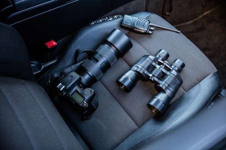車の座席での電子機器の高角度のビュー 写真素材
