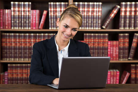 autoridad: Retrato de una mujer joven Contador Usar el portátil en un tribunal Foto de archivo