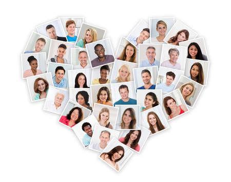 심장 모양에서 다른 다민족 사람들의 그룹 스톡 콘텐츠