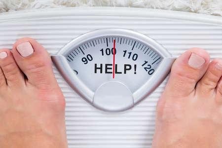과체중 사람 피트의 근접 도움말 표시 체중 규모에