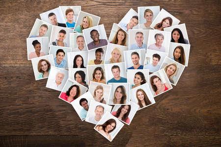 collage caras: Fotos de personas con diferentes multiétnica sonriente en una forma de corazón Foto de archivo