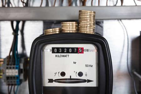 eficiencia: Primer plano de una medición de monedas apiladas en Kilovatios Contador de la electricidad