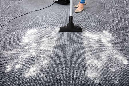 カーペットの汚れを掃除する掃除機のクローズ アップ
