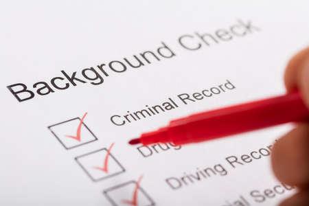 Close-up of Person Hand Ticking Off Checkboxes No formulário de verificação de antecedentes
