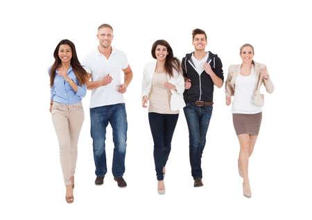 gente corriendo: Un grupo de personas de multi étnico Operando en el fondo blanco