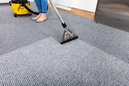 진공 청소기와 함께 청소 카펫의 근접 스톡 콘텐츠