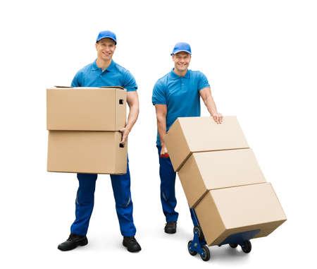 Twee Delivery Men met kartonnen dozen op witte achtergrond Stockfoto