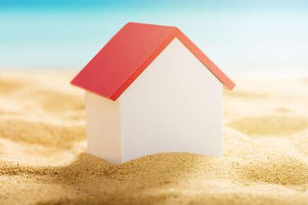 Close-up Di Un Modello Di Casa Su Spiaggia Di Sandy