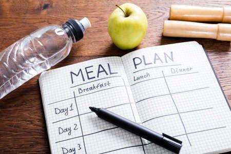 Wysoki kąt widzenia koncepcji posiłku planu na drewnianej biurko