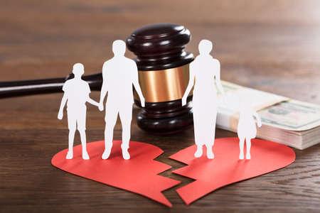 Hamer en Document Familie die Scheiding op Houten Bureau vertegenwoordigen Stockfoto