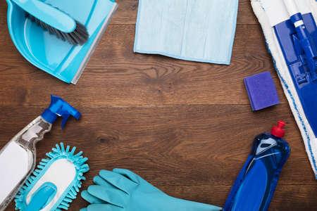 Hoge hoekmening van een reinigingsapparatuur gerangschikt op houten bureau Stockfoto - 73495330