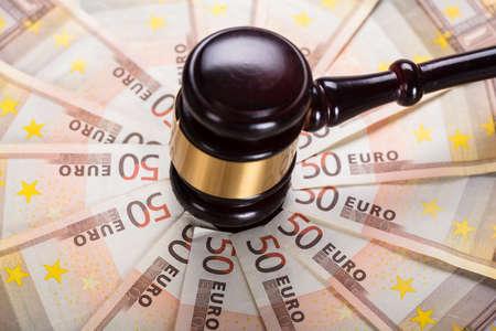 High Angle View des Richter-Hammer-Streiks auf Euro-Banknote Standard-Bild - 74461830