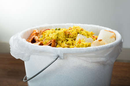 食べ残しで覆われた白いゴミ箱のクローズ アップ