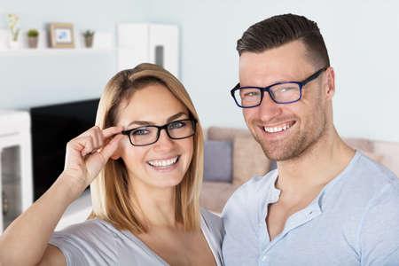 Portrait d'un jeune couple heureux avec des lunettes à la maison Banque d'images - 81078962