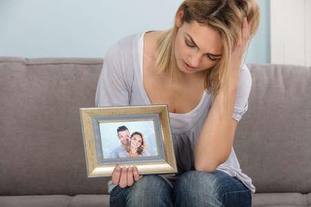 Sad Woman Holding Broken Picture Frame Van Paar In Liefde