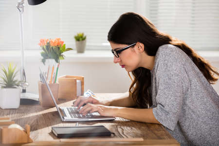 Zakenvrouw Zitten In Verkeerde Behoud Werken Op Laptop Op Houten Kantoor Bureau