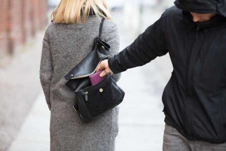 핸드백에서 사람을 훔치는 지갑의 근접