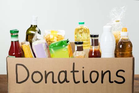 Nahaufnahme einer Spende-Box mit verschiedenen Nahrungsmitteln in ihm Standard-Bild