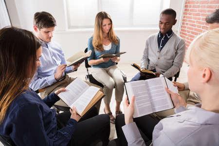 Groep Mensen Zitten Op Stoel In Bijbel Bijles