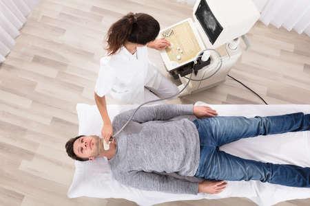 Hombre que se somete al examen de ultrasonido médico en la clínica Foto de archivo