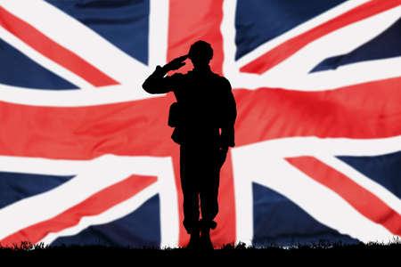 Silhouette d'un solveur saluant devant le drapeau britannique Banque d'images