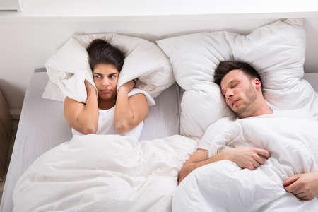 腹妻の枕でいびきの夫のノイズから耳をブロック