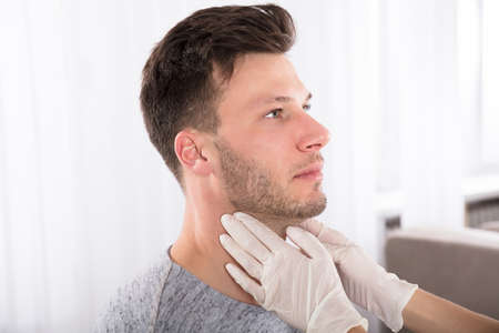 甲状腺のパフォーマンスの診察触診を医師します。 写真素材