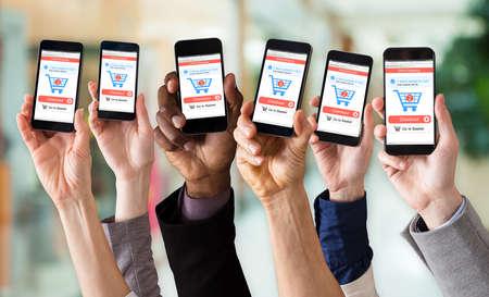 Close-up della mano che mostra l'applicazione di acquisto online sullo schermo mobile