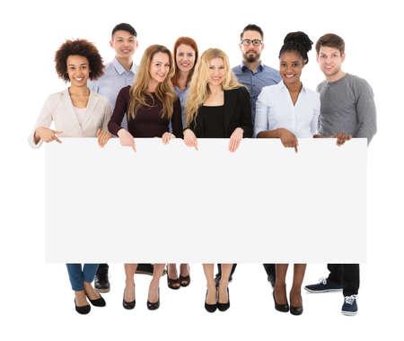 Grupo de estudiantes universitarios multirraciales felices con cartelera larga Foto de archivo