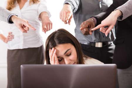 직장에서 스트레스 비즈니스 여성을 가리키는 많은 손