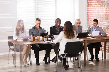 사무실에서 회의에서 다양한 사회 생활의 그룹