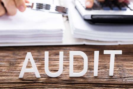 Close-up van witte controletekst voor accountantberekeningsfactuur Stockfoto