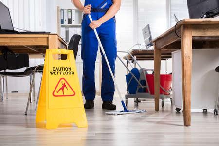用務員黄色注意ぬれた床を署名の前の床のクリーニング