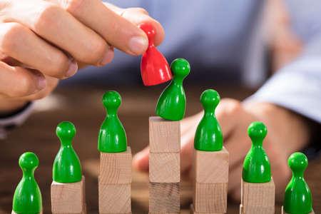 Zakenman die het Groene Cijfer met Rood Cijfer bovenop de Houten Blokken vervangt