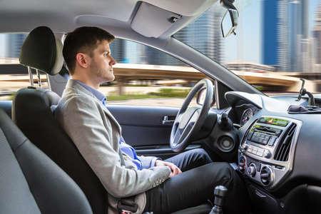 自律車の中に座っている若い男の側面図