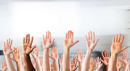 Foto de la muchedumbre que levanta las manos arriba