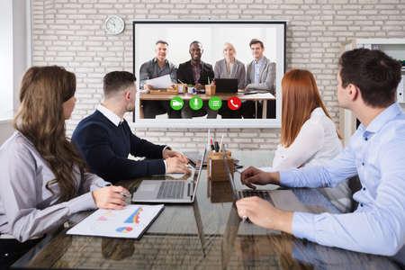 사무실에서 비즈니스 회의에서 화상 회의를하는 사업 사람들의 그룹