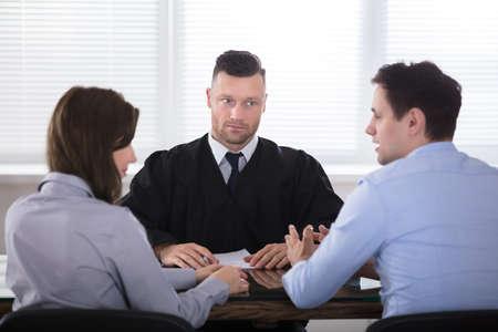 Jong paar ruzie met elkaar tegenover rechter At Courtroom