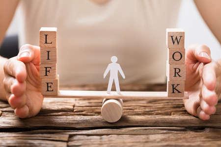 Close-up Van Een Menselijke Hand Bescherming Balans Tussen Leven En Werk Op Seesaw