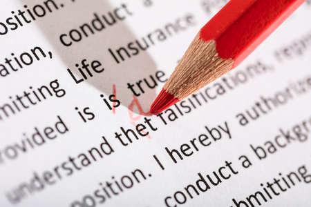 Korekta to Słowo Z Czerwonym Kolorowym Ołówkiem Na Ręcznie Zdjęcie Seryjne
