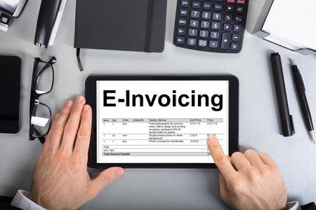 直接上記の実業家の手で通過される請求の電子デジタル タブレットのオフィスでのショット 写真素材 - 84537680