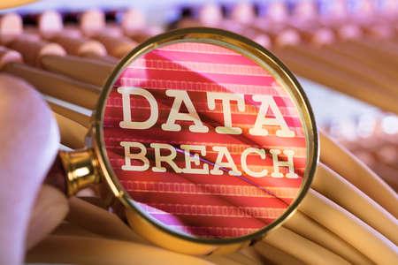 Imagen recortada de mano analizando violación de datos a través de lupa sobre cables en la sala de servidores