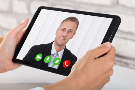 Businessperson Videokonferenzen mit Happy Male Colleague auf Digital Tablet Standard-Bild - 85014097