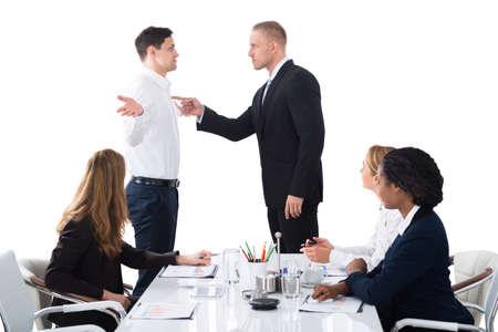 ビジネス会議で男性役員に叫んでいる上司
