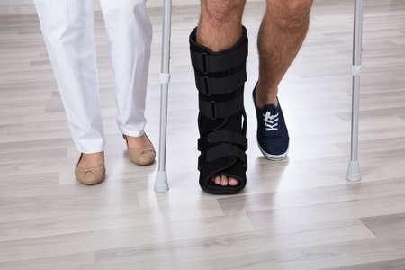 Lage Sectie Uitzicht Van Fysiotherapeut En Schade Van De Gewonde Persoon Met Been